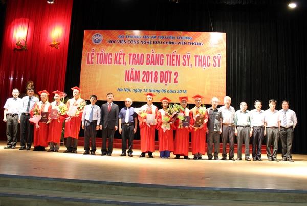 Trao-bang-tot-nghiep-CH-NCS-2018-dot-2-2