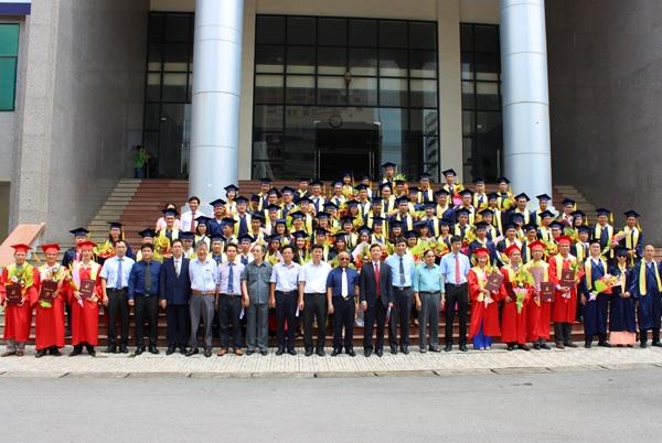 Trao-bang-tot-nghiep-CH-NCS-2018-dot-2-4